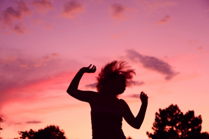 Sunset_Party_Dancing_Girl_Silhouette[1]